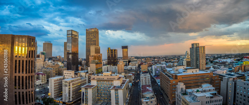 Fototapeta premium Panoramę miasta Johannesburga oraz jego wieżowce i budynki