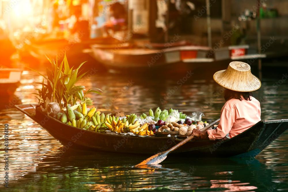 Fototapety, obrazy: fruit seller in wooden boat