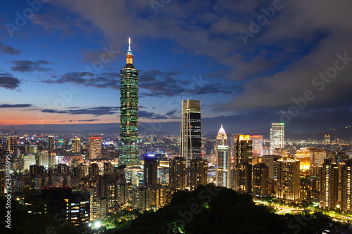 Photo Taipei skyline at dusk, Taiwan