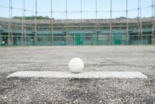 ピッチャープレートと軟式ボール