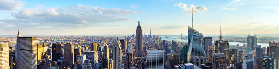 Skyline grada New Yorka s krova s urbanim neboderima prije zalaska sunca. New York, SAD. Panoramska slika.