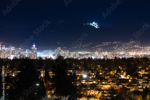 Photo  Vancouver city lights with Grouse mountain ski resort on the background, and lan