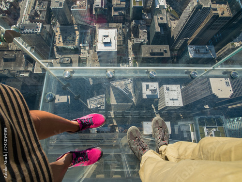 Poster Chicago Tourists posing on a glass floor