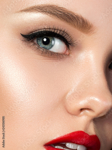 Fotografía Portrait of young beautiful woman with evening make up