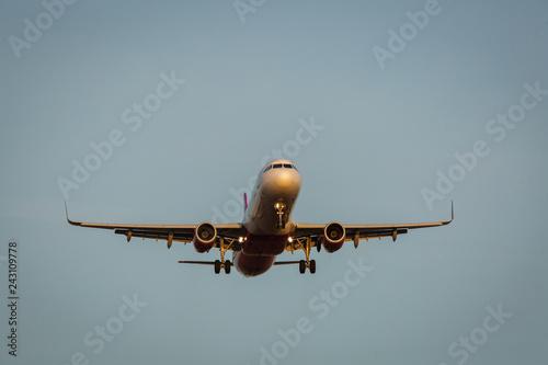 Zdjęcie XXL Widok lotniczy samolot od przodu z światłami dalej i błękitnym tłem