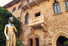 Bronze Statue Of Juliet And Balcony By Juliet House, Verona, Italy.