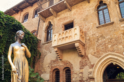 Deurstickers Europa Bronze statue of Juliet and balcony by Juliet house, Verona, Italy.