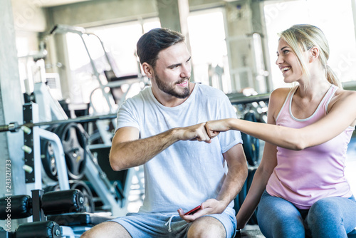 Fotografía  Caucasian sporty couple working out weight trainning cheer together