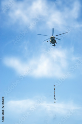 Fotografía  Combat helicopter and soldiers of special forces