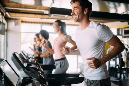La pose en embrasure Fitness Group of sportive people in a gym. Concepts about lifestyle and sport in a fitness club