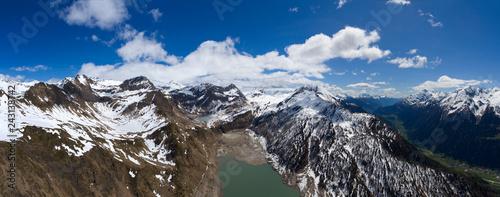 Fototapeta premium Widok z lotu ptaka na jeziorze Ritom i górach