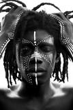 Portret młody afrykański mężczyzna z dreadlocks i tradycyjną twarzy farbą, ręki ciągnie jego włosy, czarny i biały - 243166182