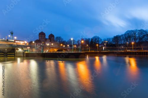Deurstickers Poort Schachtschleuse in Minden, Deutschland bei Abenddämmerung