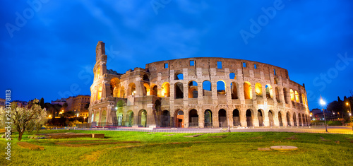 Poster Centraal Europa Colosseum in Rome panorama at dusk, Italy