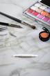 canvas print picture - Lidschatten Palette, Pinsel, Pinzette,  Künstliche Wimpern und Lidfalten Tape Klebeband für Augen Makeup auf Marmor Schminktisch