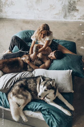 Photo  Beautiful loving couple in bed together with the dog