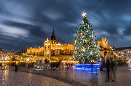 Fotobehang Historisch geb. Krakow, Poland, Main Market square and Cloth Hall in the winter season, during Christmas fairs decorated with Christmas tree.