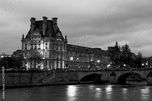 Fotografía Paris, France - January 12, 2018: Louvre museum viewed from Orsay quay