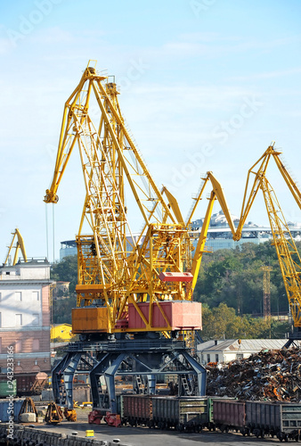 Tuinposter Poort Crane, freight train and scrap metal