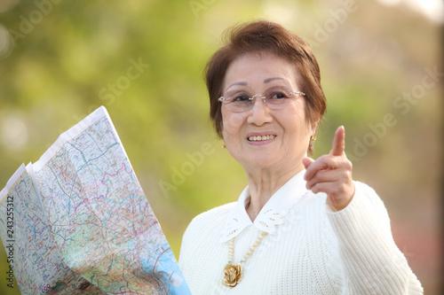 Fotografía  地図を手に観光する女性