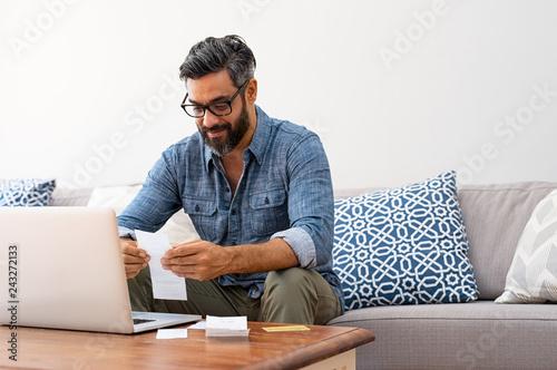 Fotografía  Man reading bills