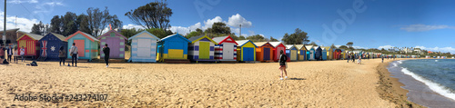 Fotografía BRIGHTON BEACH, AUSTRALIA - SEPTEMBER 7, 2018: Panoramic view of colourful Beach Huts