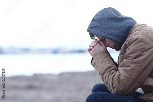 Fotografía  Sad boy complaining in winter on the beach