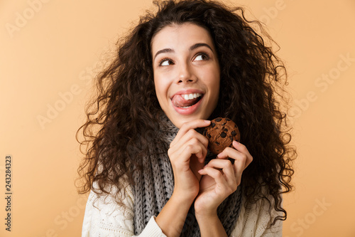 Photo Happy young woman wearing winter scarf standing