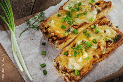 Valokuva  Open face cheese sandwich toated in an oven