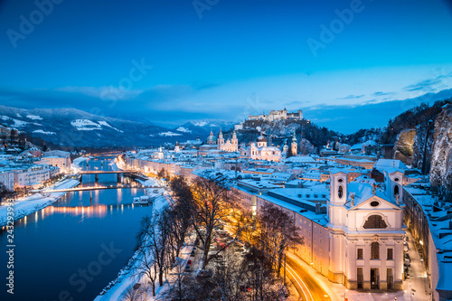 Poster Centraal Europa Salzburg old town in winter at twilight, Austria