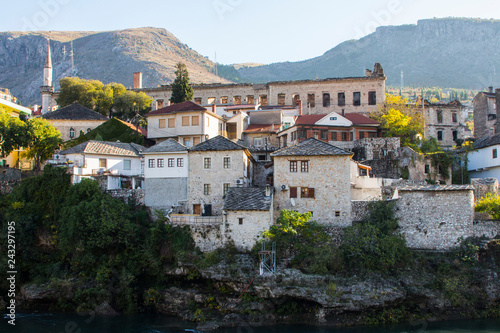 Photographie  Beautiful historic houses on the banks of the Neretva River in the Old Town of Mostar