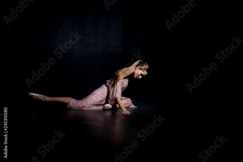 Spoed Fotobehang Muziek Beautiful ballerina sat on the splits close-up