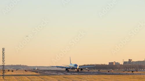 Tuinposter Aircraft taking off and landing at Ronald Reagan Washington National Airport at sunset