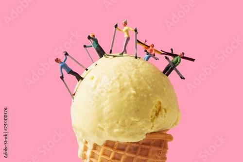Fotografía miniature skiers on an ice cream