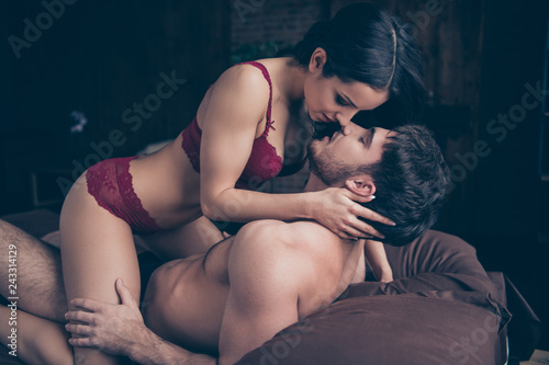 Photo Close up side profile photo of two people pair brown started kis