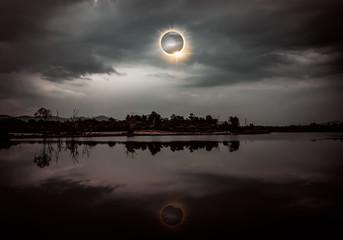 Naukowe zjawisko naturalne. Całkowite zaćmienie słońca z efektem pierścienia diamentowego świecącym na niebie.