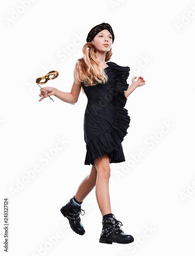 Mädchen chic im schwarzen Abendkleid
