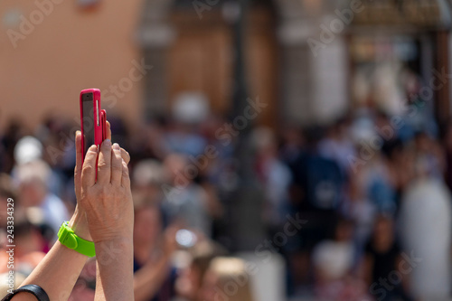 Poster de jardin Bar Selfie with smartphone at Trevi Fountain crowded of tourists Rome Italy