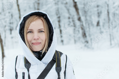 Fotografía  A middle aged woman with a hood on in the winter.