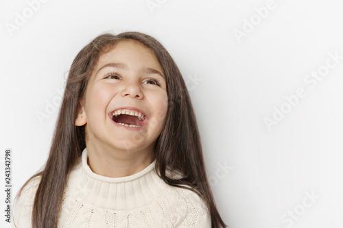Por Tetyana Kaganska ID de foto en stock libre de regalías: 1274111734 Portrait of a happy smiling child girl with long dark hear Wallpaper Mural