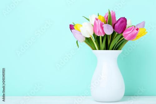 Fotografía  Bouquet of tulips in vase on wooden table