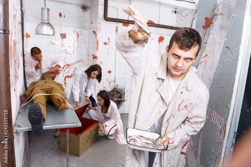 Fotografia, Obraz Guy frightening with medical instruments in quest room