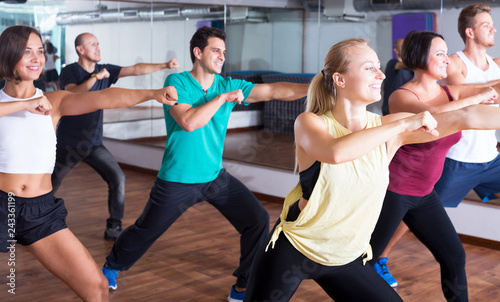 Canvas-taulu Men and ladies dancing zumba