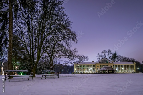 Nowa Oranżeria w parku Łazienki Królewskie w Warszawie zimą w nocy