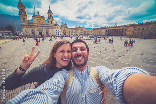 Photo Happy young man taking a selfie photo in Bogota, Colombia