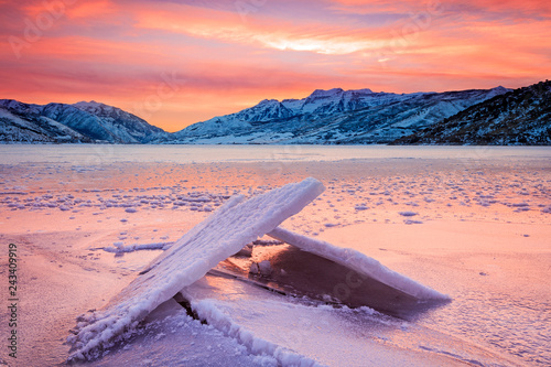 Photo sur Aluminium Corail Deer Creek winter ice in rural Utah, USA.