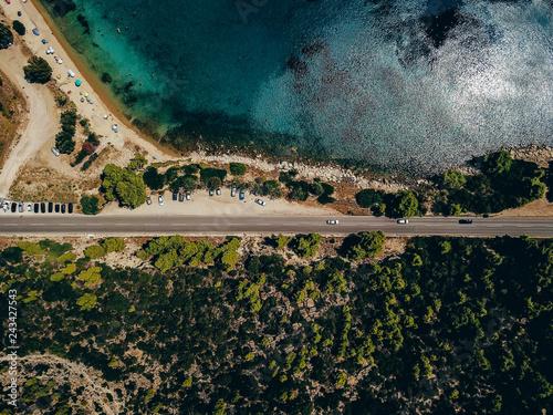 widok-drona-autostrady-z-zaparkowanymi-samochodami