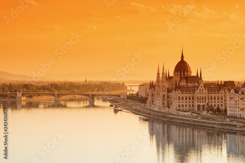 Fotografía  Budapest cityscape with Parliament building and Danube river