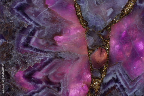 Fotografía  Beautiful background of natural stone amethyst purple backlit, turning the stone