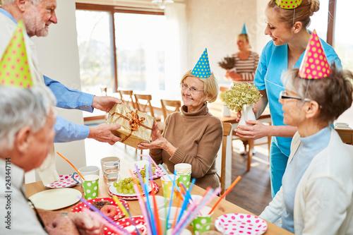 Fotografía  Senior Frau erhält Geschenk auf Geburtstagsfeier